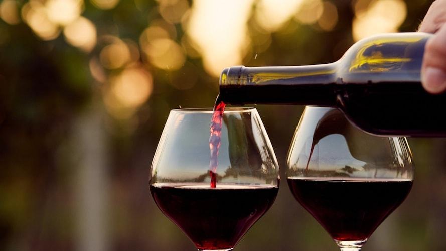 赤ワインを注ぐ画像