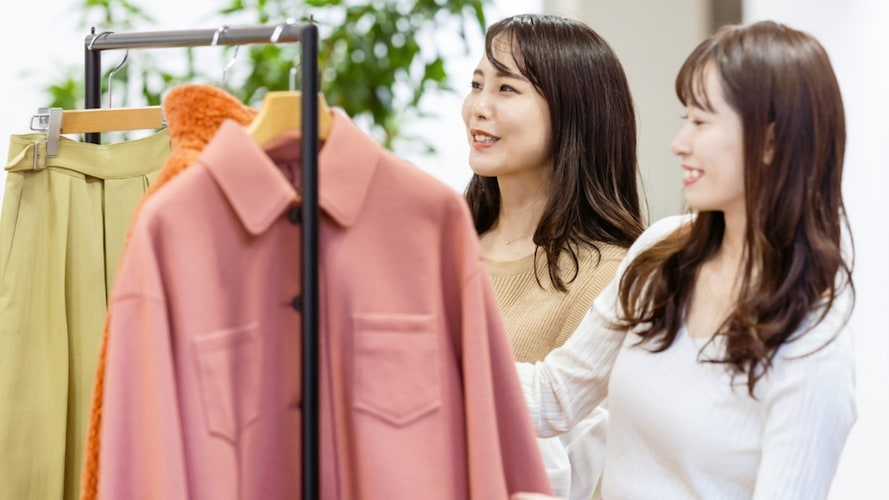 服を選ぶ女性2人