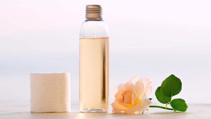 保湿化粧水とバラ