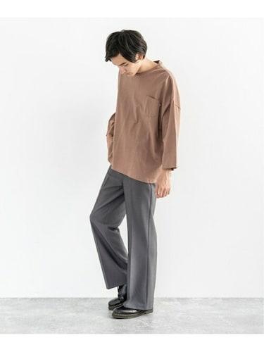 スラックス Tシャツを着用