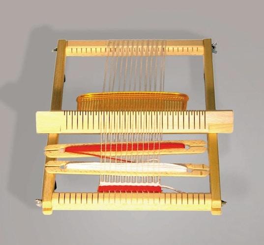 素材|軽くて持ち運びに便利な「プラスチック製」安定感のある「木製」