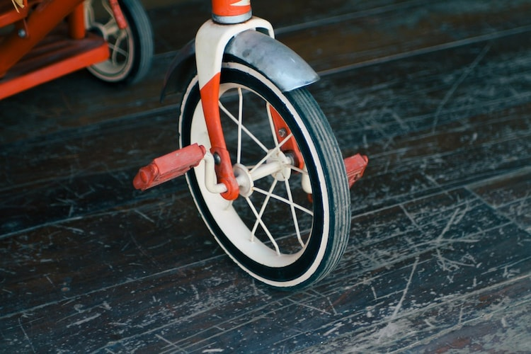 タイヤ素材|室内ならプラスチック製、室外ならゴム製がおすすめ