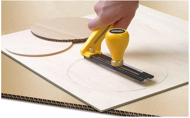 円形に切り抜くには円切りカッターを