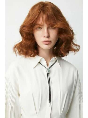 ・白シャツ×ループタイ