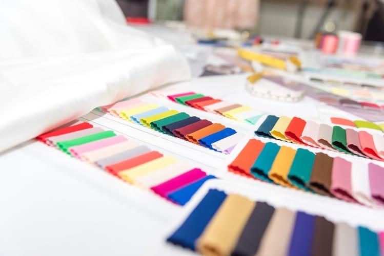 色|コーデに取り入れやすいものならカーキや黒、白、春にはカラフルなものだと◎
