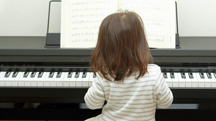 電子ピアノを弾いてる女の子