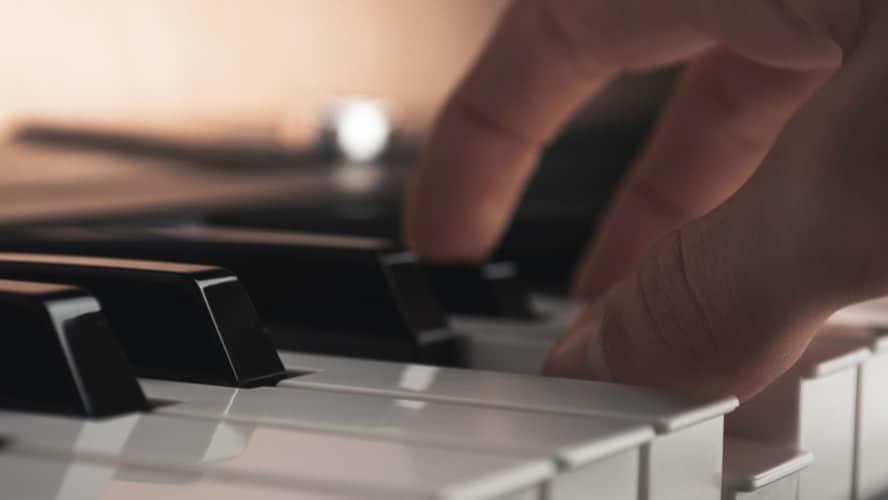 電子ピアノを弾く手の画像