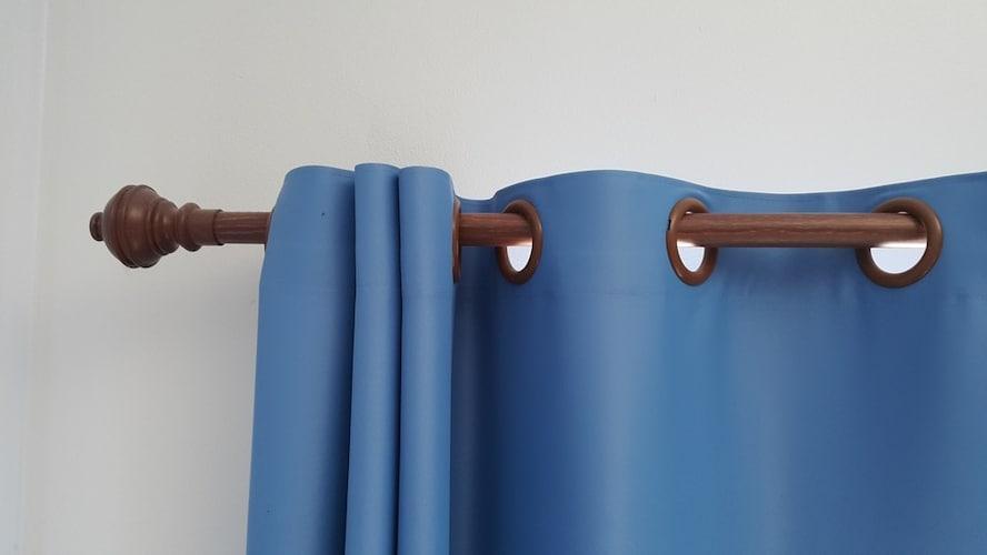 突っ張り棒|手軽に出窓用カーテンを設置できる