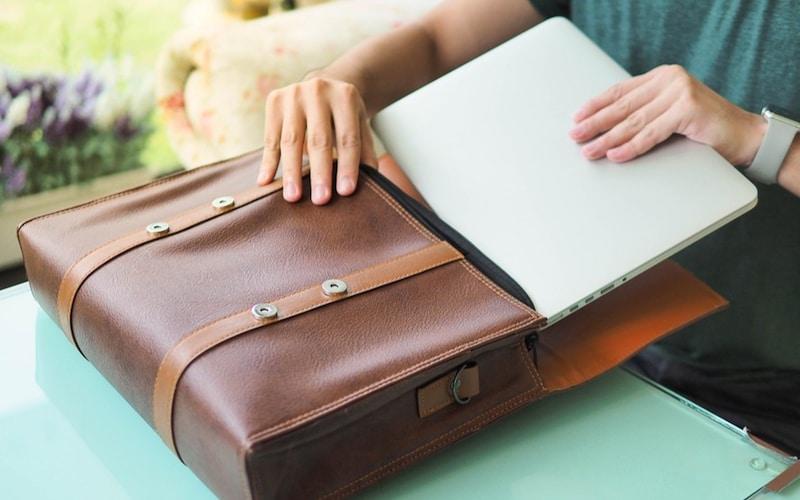 ビジネスバッグにパソコンを収納する画像