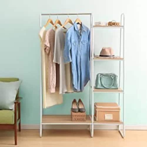 ▼棚・カゴ付き:帽子やバッグなど小物もコーデをまとめて収納