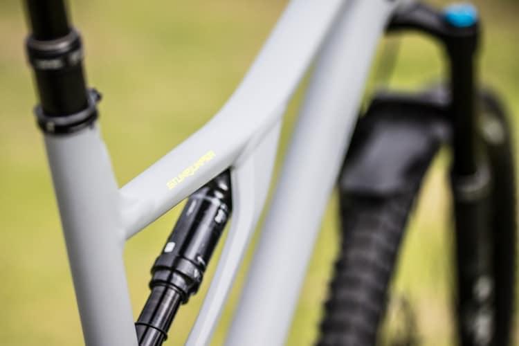 フレーム素材|アルミやカーボンはコスパ重視、チタンは長く使える点に注目