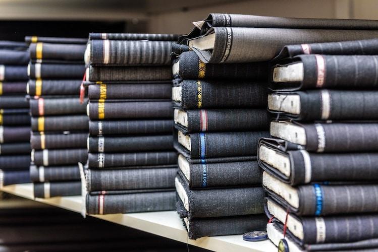 素材|スーツの生地によって着心地や値段が変わりやすい