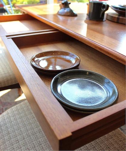 収納力 引き出しや棚が付いたものならテーブルの上がすっきり