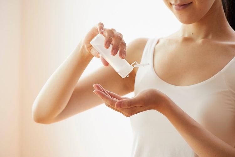 ニキビや毛穴が気になる方に人気のセラミド化粧水とは?その効果についても解説