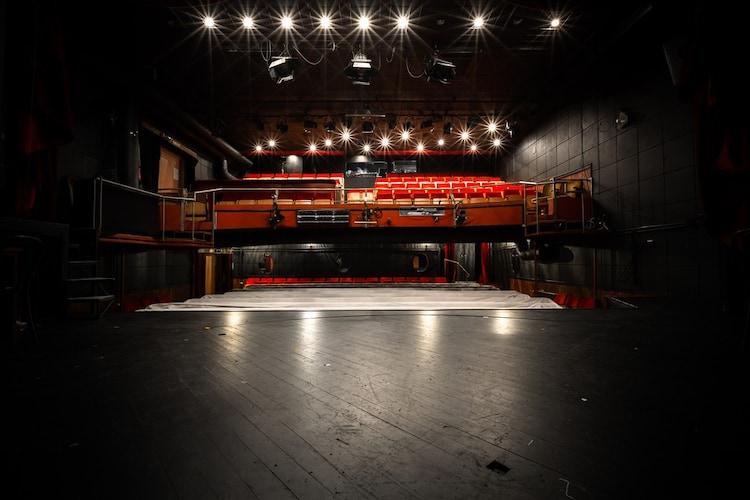 ■小規模劇場やステージ付近の前列