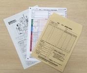 税務署でもらえる、医療費控除の申請書類一式。医療費の明細書の表が印刷された封筒がついており、これに領収書を入れて提出すると便利