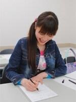 ペン字のレッスンは最近、とくに人気急上昇中のレッスンのひとつ。会社帰りにサラサラと文字を書く「美文字女子」も増えています!