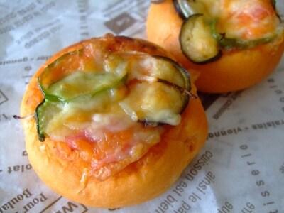 トマト生地と野菜たっぷりのピザパン