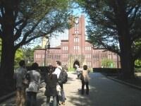 休日にはキャンパスを散策する観光客の姿も多い。学生がガイドをしてくれるツアーなども行われている