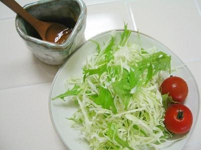 オニオンドレッシングの野菜サラダ