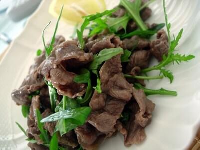 牛肉と野生のルッコラのサラダ仕立て