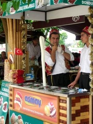 頑張ってトルコ語にトライしてみると、トルコ人も大喜びでサービスしてくれるかも