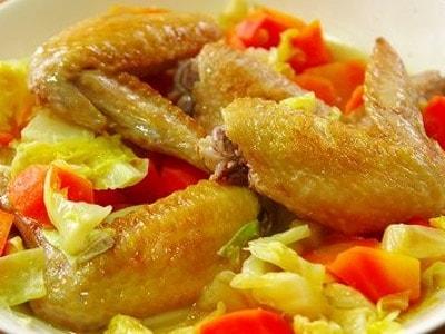 フライパンで春キャベツと手羽先の蒸し焼き