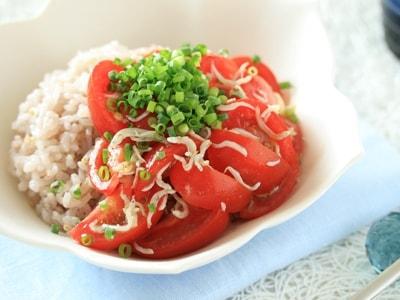 夏の簡単スピードレシピ トマトしらす丼