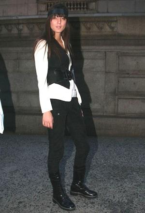 そのお手本にふさわしい着こなしがこちら。ファッション誌常連のモデル&ミュージシャンのイリナ・ラザルヌ。Tシャツの上に白ジャケットをオン、さらにその上にベスト