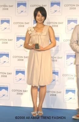 堀北真希さん受賞ファッション