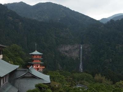 那智の滝と青岸渡寺の三重塔