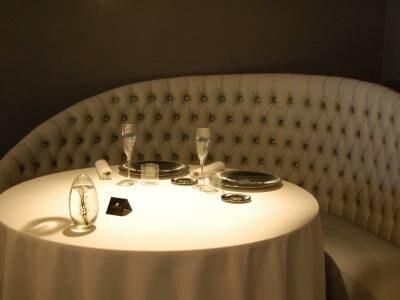 こんなエレガントなテーブル席のあるレストランもあれば立ち飲みバルもある