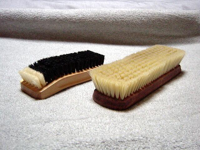 向かって左が豚毛、右が化繊のブラシです。いずれも靴クリームを伸ばし、かつ余分なそれを落とす効果に優れます。