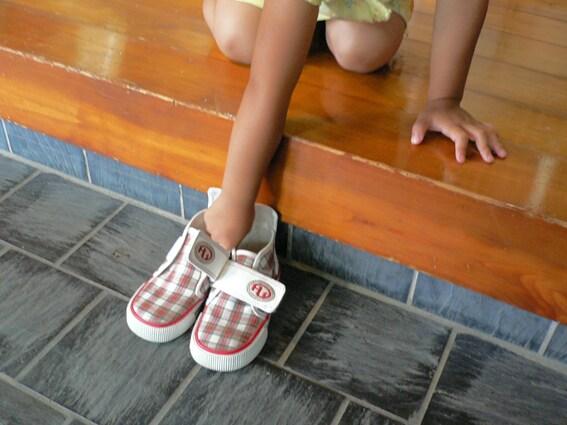 お家の方にお尻を向けないよう、少し斜め向きに。女の子は膝をつくと美しい所作になります。モデルの佳奈ちゃん(2歳)も上手にできました。