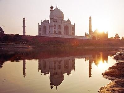 タージマハルに落ちる夕陽。ピンクに染まるタージマハルもひとつの見所