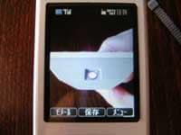 カメラ付き携帯でリモコンの発光部を覗いた様子。白く光っているのが見えればリモコンは正常と考えられる。