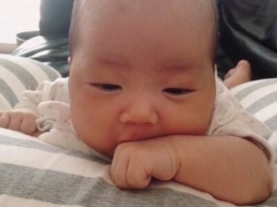 生後2ヶ月、手を見つめたりしゃぶったりする