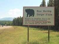 ロッキーで見られる熊注意(!)の看板。英仏両語で説明書きがある