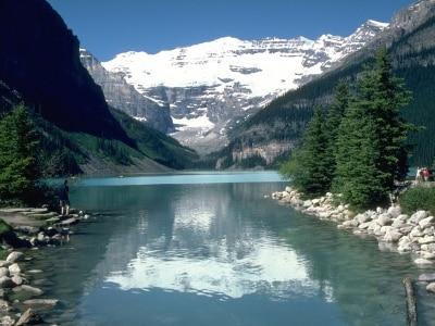 氷河と険しい峰に囲まれたレイクルイーズ(写真提供:トラベルアルバータ)