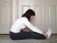 膝をまっすぐ伸ばして足首をつかんでみましょう