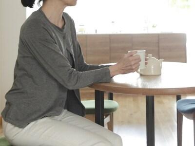 テーブルで落ち着く女性
