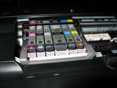 6色独立インクを採用。インク交換時には、残量がなくなったインクを点滅で教えてくれるという親切な設計となっている