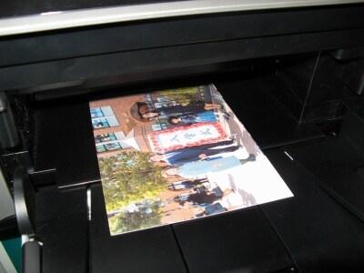 給紙トレイは前面下部と背面の2つを用意しており、前面は普通紙のみ(A4、A5、B5、レター)対応だ