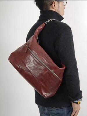 最近、話題のメンズのワンショルダーバッグ。ワンショルダーバッグを選ぶには、バッグの大きさ、ストラップの長さ、デザインにおいて3つのポイントがあります。スタイリッシュにワンショルダーバッグを持ちこなすにはこれらのポイントを考慮しましょう。Photo:石井幸久