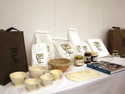 パンに関わるグロサリー(食料品)や雑貨も販売する