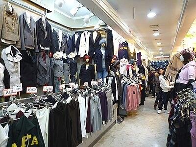 ショッピングのメッカ、東大門のファッションビルは安いアイテムもたくさん。質をしっかり確認して、日本より割高商品を買わないようにご注意を!