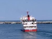 網走港を出港する流氷観光砕氷船「おーろら」