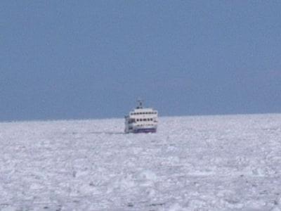 流氷帯に挑む流氷観光砕氷船「おーろら」(1)