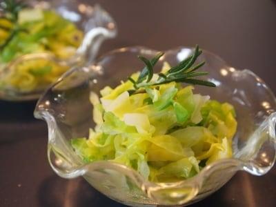 ローズマリーの香りがのぼる塩ゆでキャベツ
