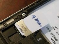 携帯電話に差し込まれているSIMカード